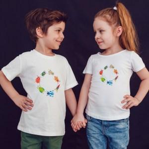 offrez à vos enfants en cadeau ce Magnifique T-shirt Enfant fille ou garçon motif les pt'ites bebêtes by Abi. Il est agréable à porter, imprimé directement depuis notre atelier Français situé à Jurançon au coeur des Pyrénées, en plein Béarn 64 niché entre l'océan et la montagne. Disponible en taille 3/4 ANS, 5/6 ANS, 7/8 ANS, 9/10 ANS, 11/12 ANS. 100% coton.