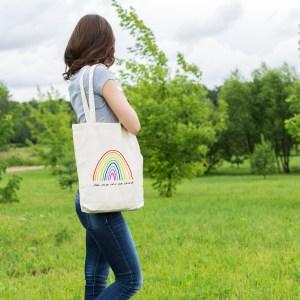 sac tote bag pratique et écologique, illustré par Abi, avec un superbe arc en ciel et la phrase romantique mon arc en ciel à moi, c'est toi ecrit de la main de l'artiste