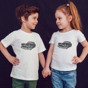 offrez en cadeau à vos enfants ce Magnifique T-shirt Enfant fille ou garçon hot rod cars. Il est agréable à porter, imprimé directement depuis notre atelier Français situé à Jurançon au cœur des Pyrénées, en plein Béarn 64 niché entre l'océan et la montagne. Disponible en taille 3/4 ANS, 5/6 ANS, 7/8 ANS, 9/10 ANS, 11/12 ANS. 100% coton.