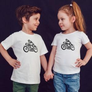 offrez en cadeau à vos enfants ce Magnifique T-shirt Enfant fille ou garçon moto cafe racer. Il est agréable à porter, imprimé directement depuis notre atelier Français situé à Jurançon au cœur des Pyrénées, en plein Béarn 64 niché entre l'océan et la montagne. Disponible en taille 3/4 ANS, 5/6 ANS, 7/8 ANS, 9/10 ANS, 11/12 ANS. 100% coton.
