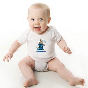 Offrez-vous ce Magnifique Body Bébé manche courte illustré par Abi, motif la maison bleue, un body orignal et drôle agréable a porter et résistant, pratique à enfiler et à enlever, garantissant un confort optimal pour le bébé. Disponible en taille 3, 6, 9, 12 et 18 Mois. fermeture par 3 boutons pression à l'entrejambe. Imprimé directement depuis notre atelier Béarnais, à Jurançon 64 au pieds des Pyrénées.