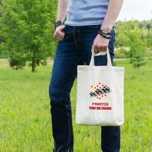 sac tote bag pratique et écologique illustré pour l'occasion du tour de france. Il vous permettra de récupérer tous les goodies distribués par la célèbre caravane du tour. On y voit le pelonton sur le maillot jaune à pois rouge