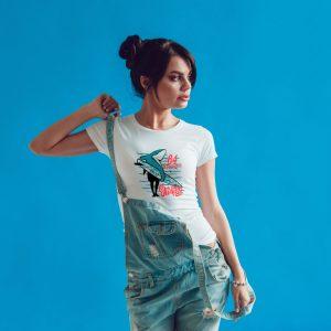 Offrez-vous ce Magnifique T-shirt Femme Destination 64 Shark Surfing original et agréable à porter, imprimé et expédié directement depuis notre atelier Français situé à Jurançon au cœur des Pyrénées, en plein Béarn 64 niché entre l'océan et la montagne. Disponible en taille S, M, L, XL et XXL. 100% coton