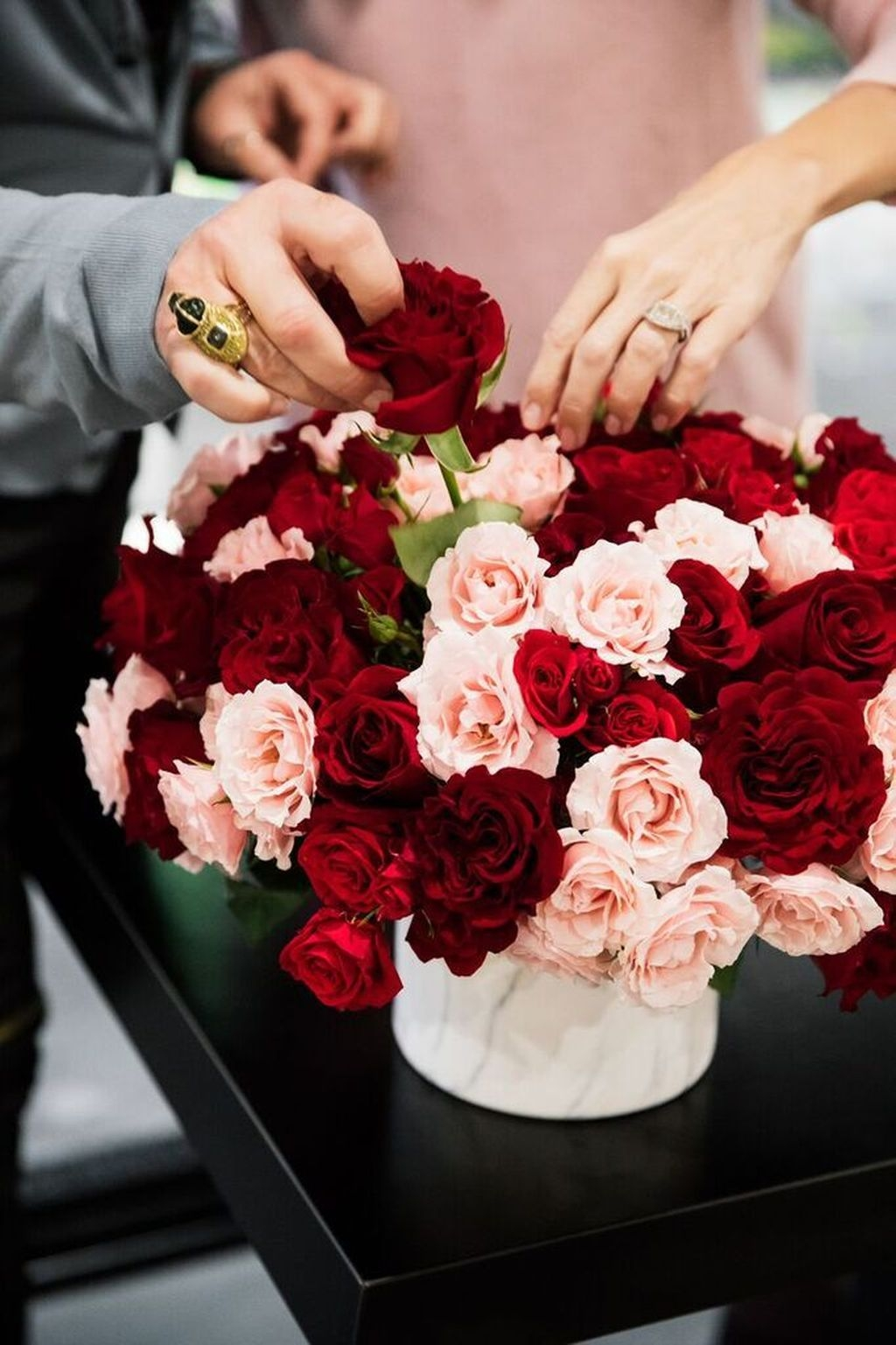 Lovely Rose Arrangement Ideas For Valentines Day 39