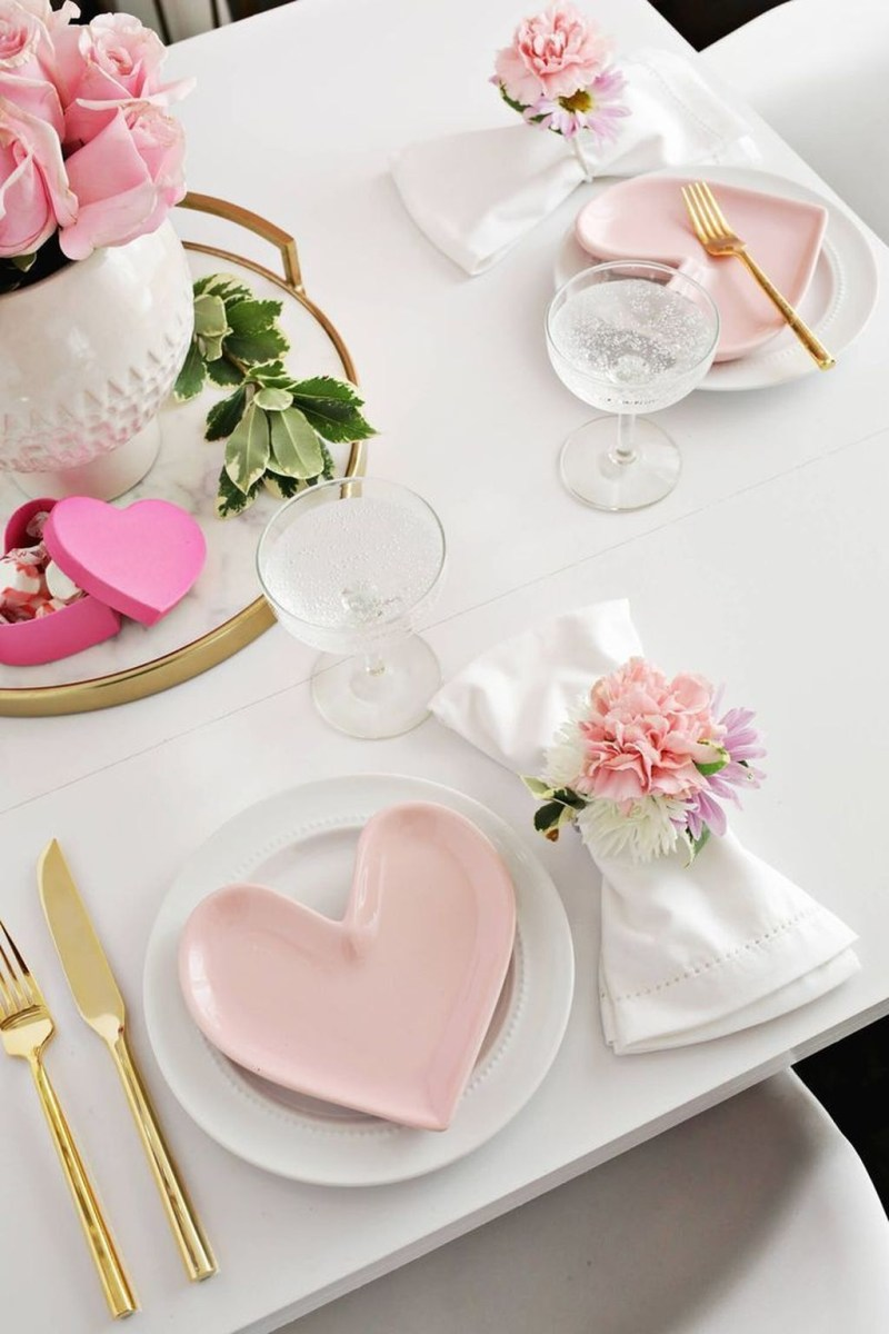 Beautiful And Romantic Valentine Dining Table Decoration Ideas 40