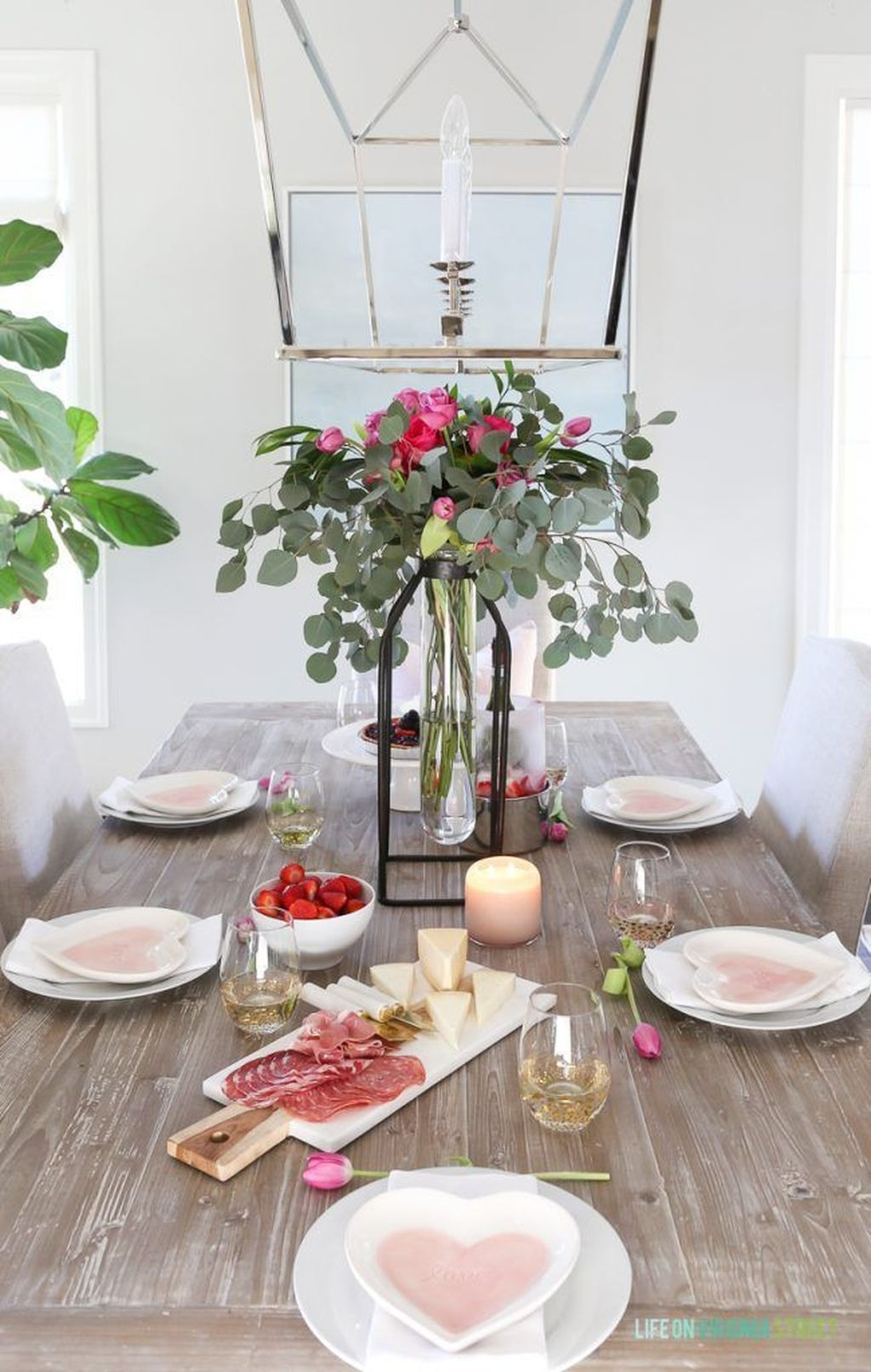 Beautiful And Romantic Valentine Dining Table Decoration Ideas 41