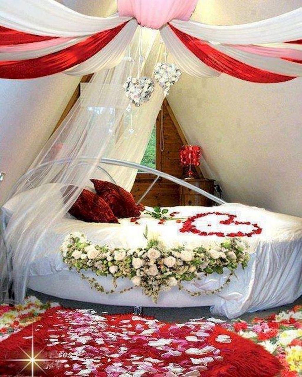Cute And Romantic Valentine Bedroom Decor Ideas 30