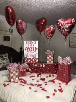 Cute And Romantic Valentine Bedroom Decor Ideas 33