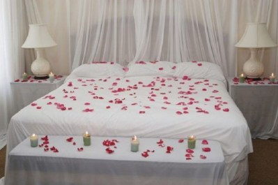 Cute And Romantic Valentine Bedroom Decor Ideas 40