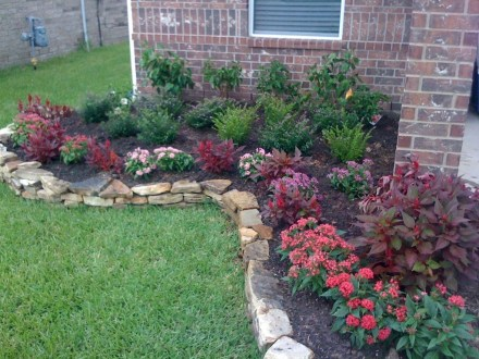 Lovely Small Flower Gardens And Plants Ideas For Your Front Yard 27