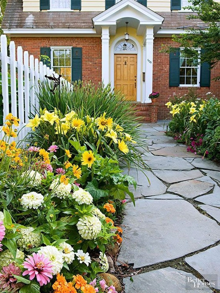 Lovely Small Flower Gardens And Plants Ideas For Your Front Yard 32