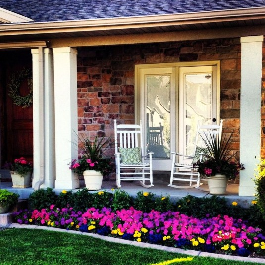 Lovely Small Flower Gardens And Plants Ideas For Your Front Yard 34