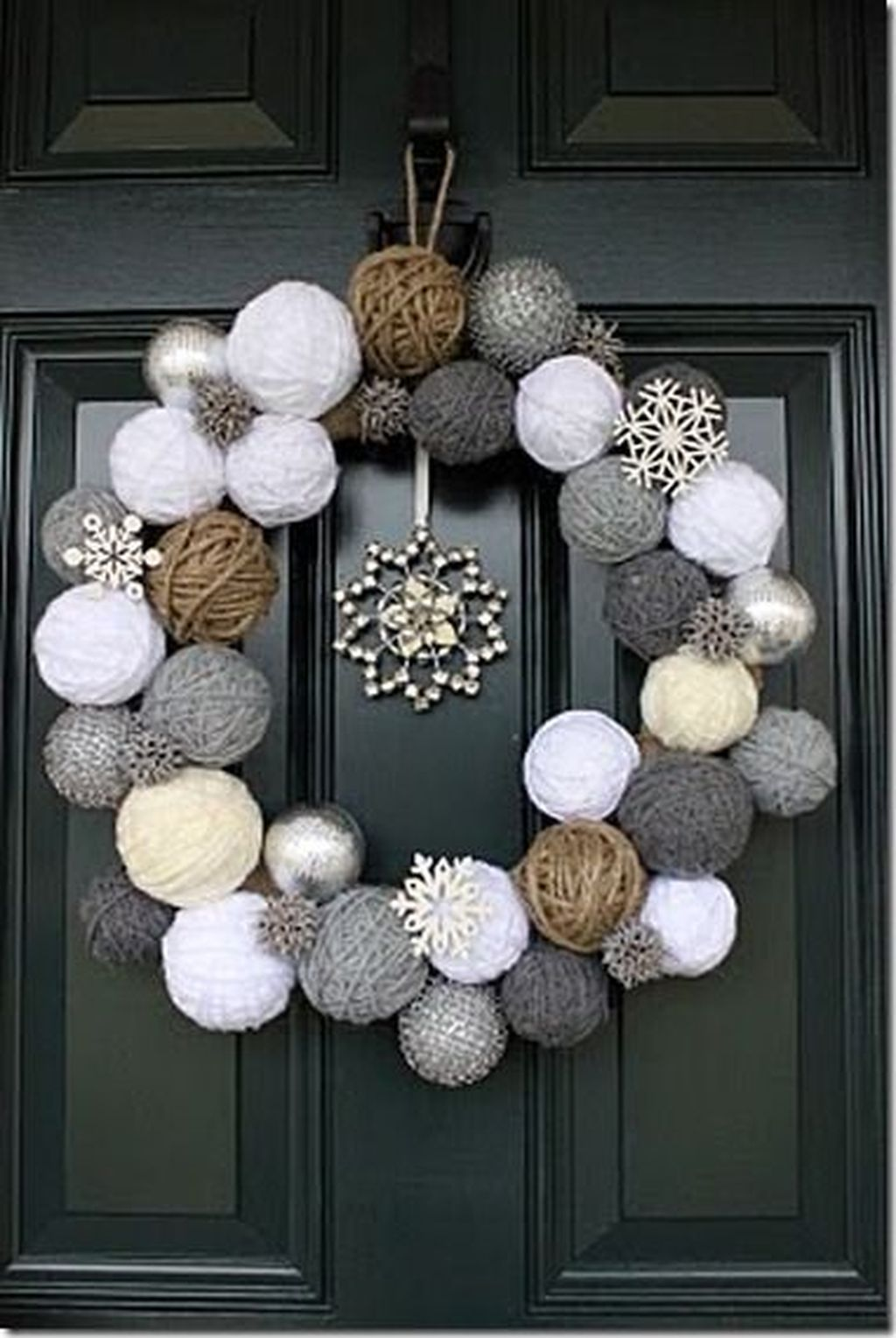 Beautiful Winter Wreaths Design Ideas 26