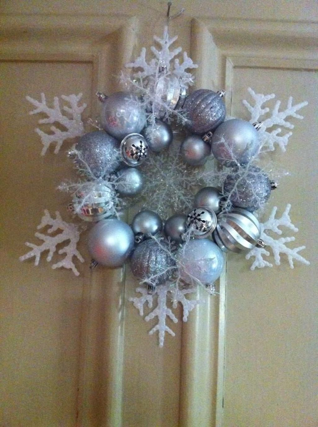 Beautiful Winter Wreaths Design Ideas 38