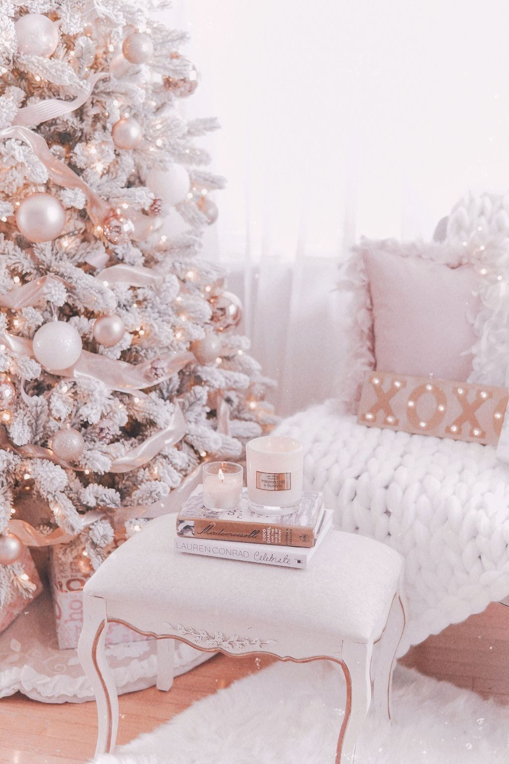 Gorgeous White Christmas Bedroom Decorating Ideas 04