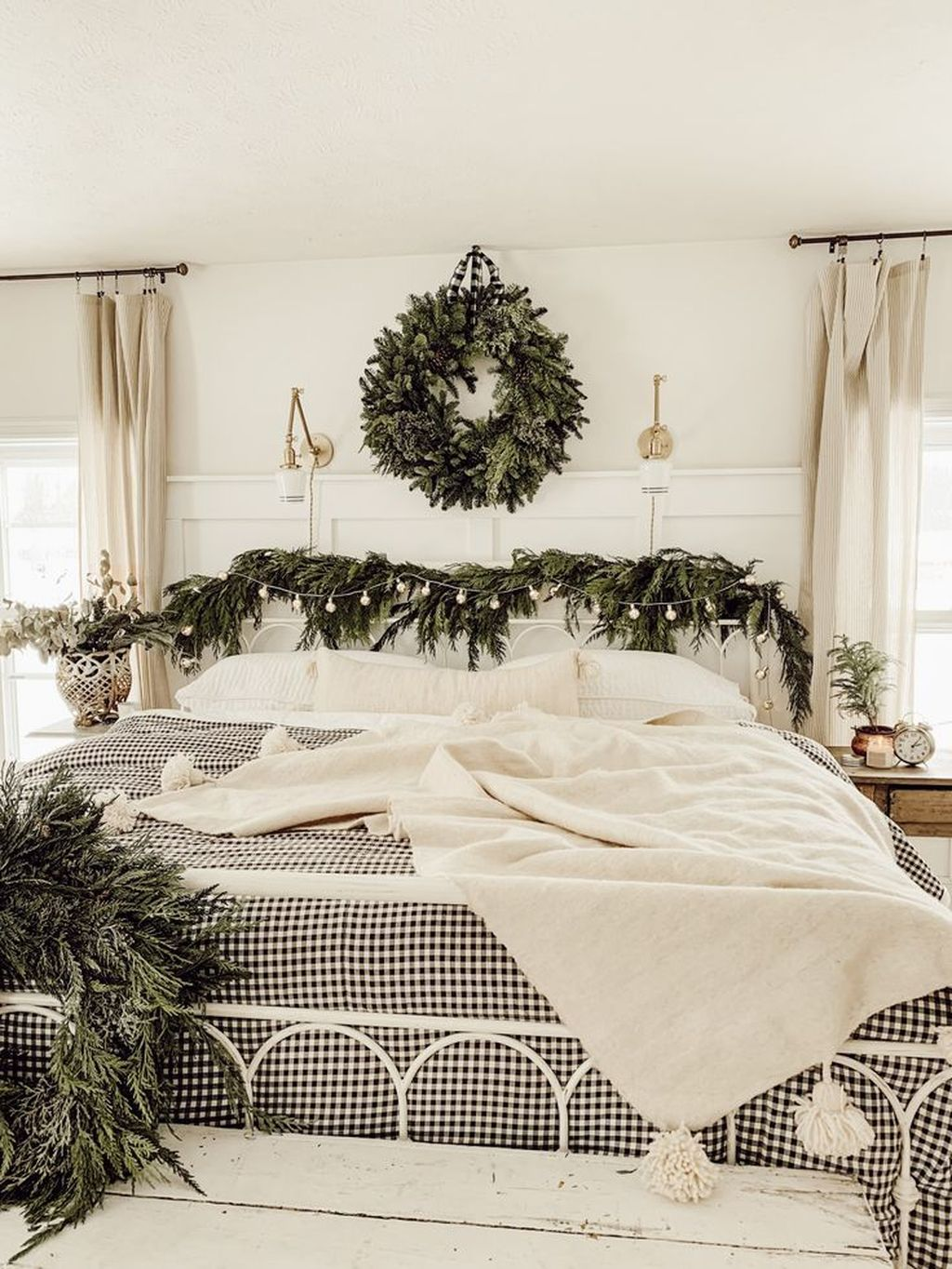 Gorgeous White Christmas Bedroom Decorating Ideas 05