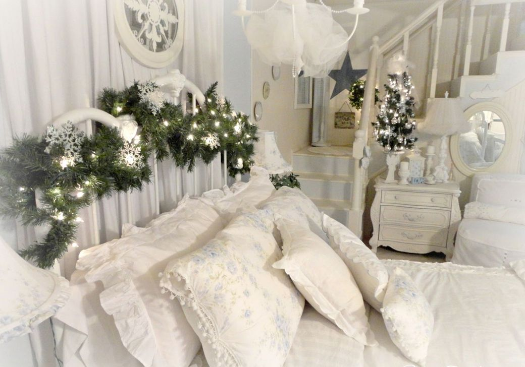 Gorgeous White Christmas Bedroom Decorating Ideas 08