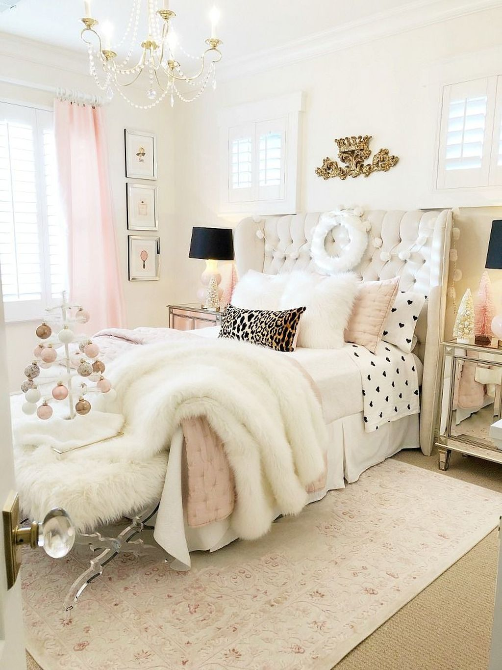 Gorgeous White Christmas Bedroom Decorating Ideas 17