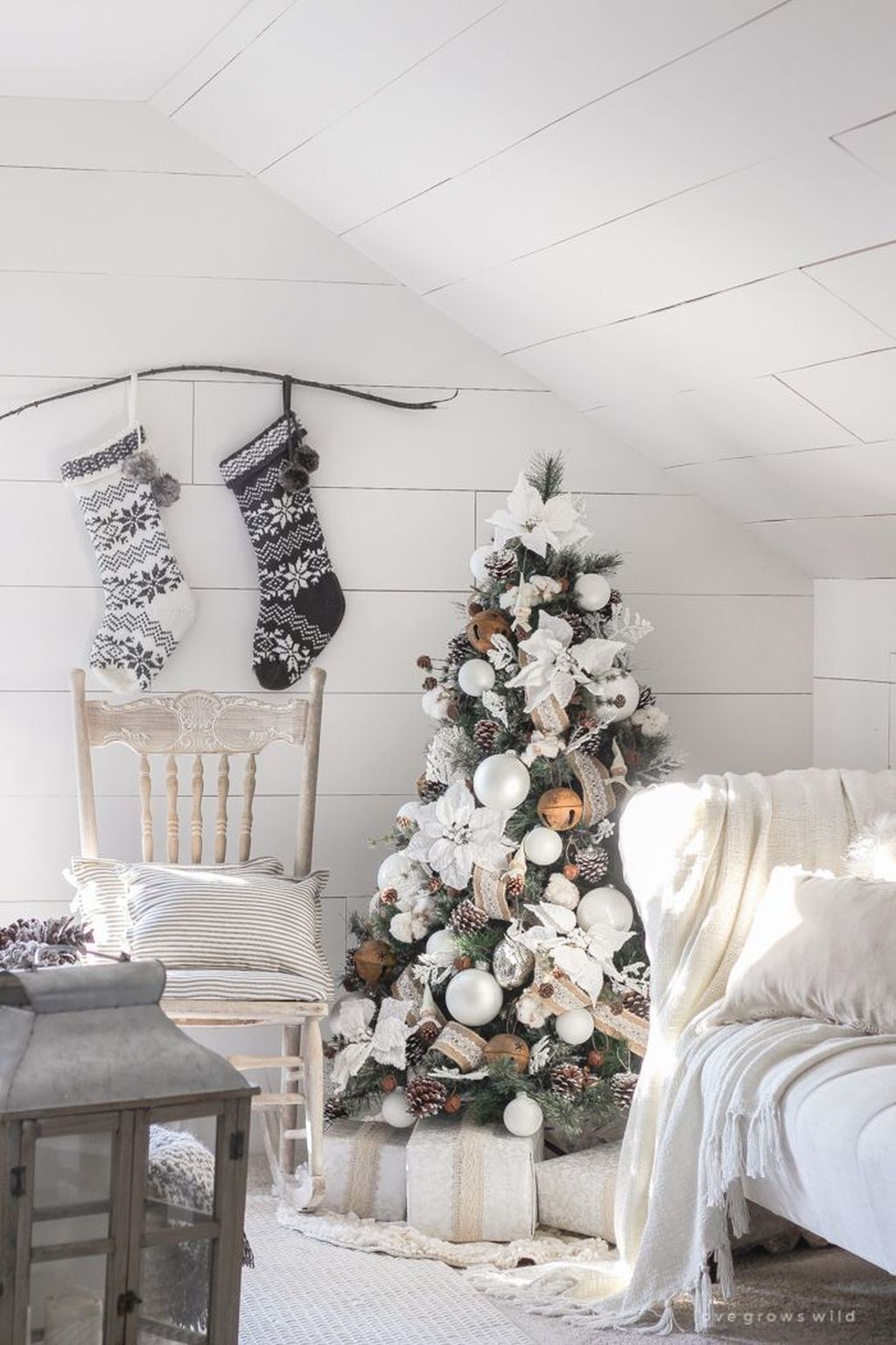 Gorgeous White Christmas Bedroom Decorating Ideas 18