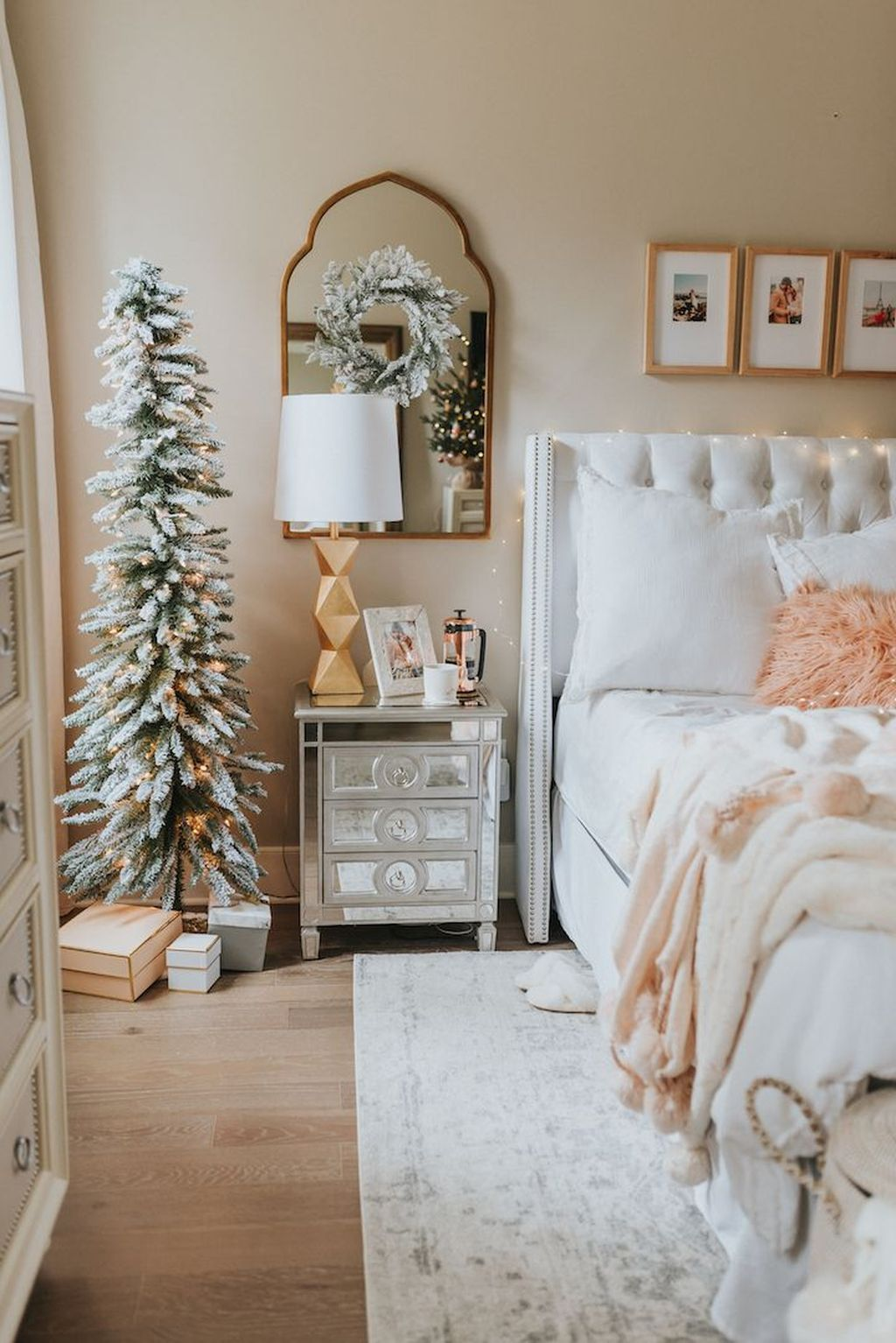 Gorgeous White Christmas Bedroom Decorating Ideas 20