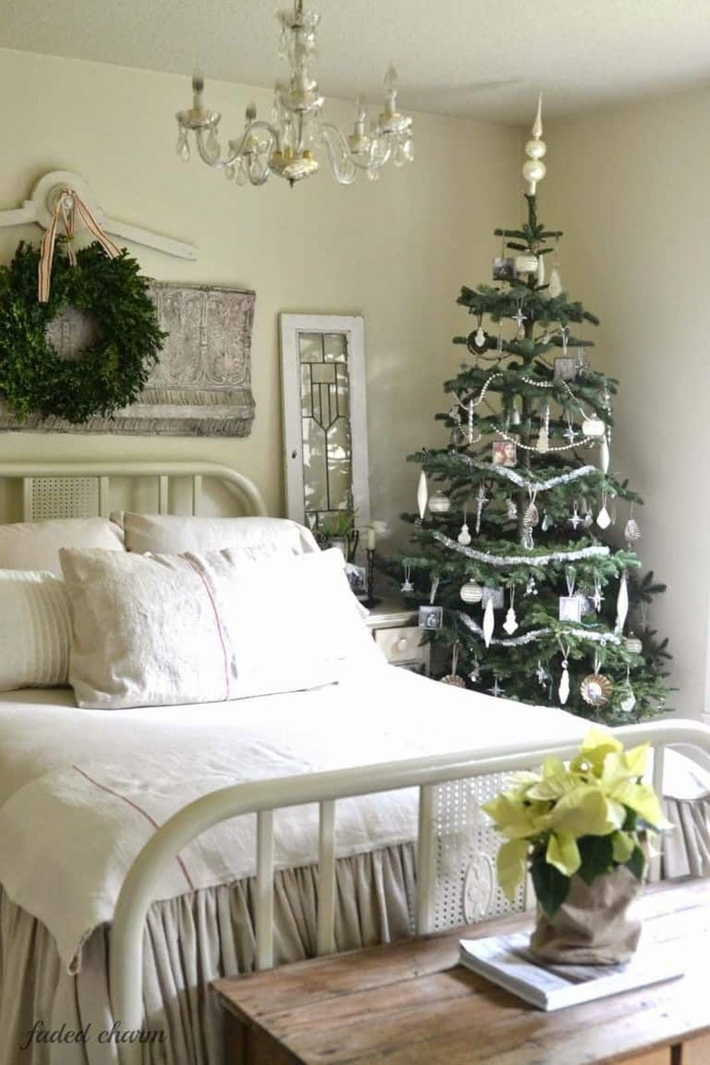 Gorgeous White Christmas Bedroom Decorating Ideas 21