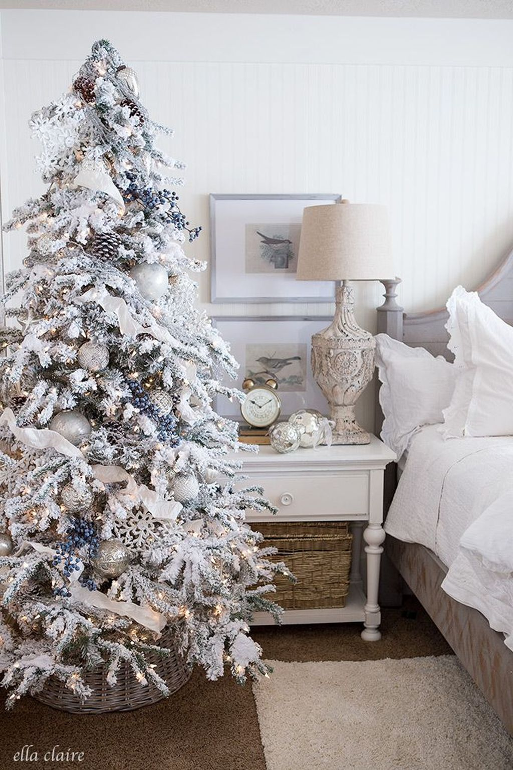Gorgeous White Christmas Bedroom Decorating Ideas 25