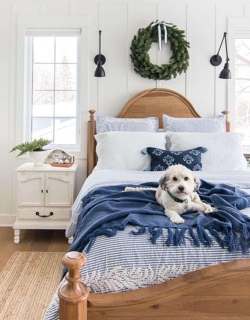 Gorgeous White Christmas Bedroom Decorating Ideas 27