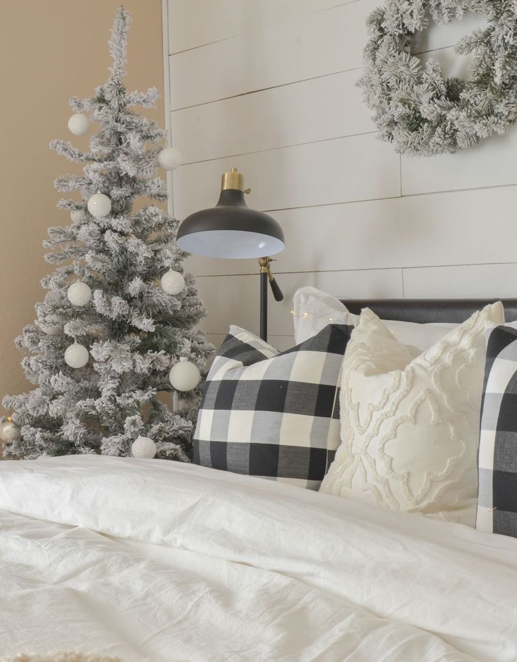 Gorgeous White Christmas Bedroom Decorating Ideas 28