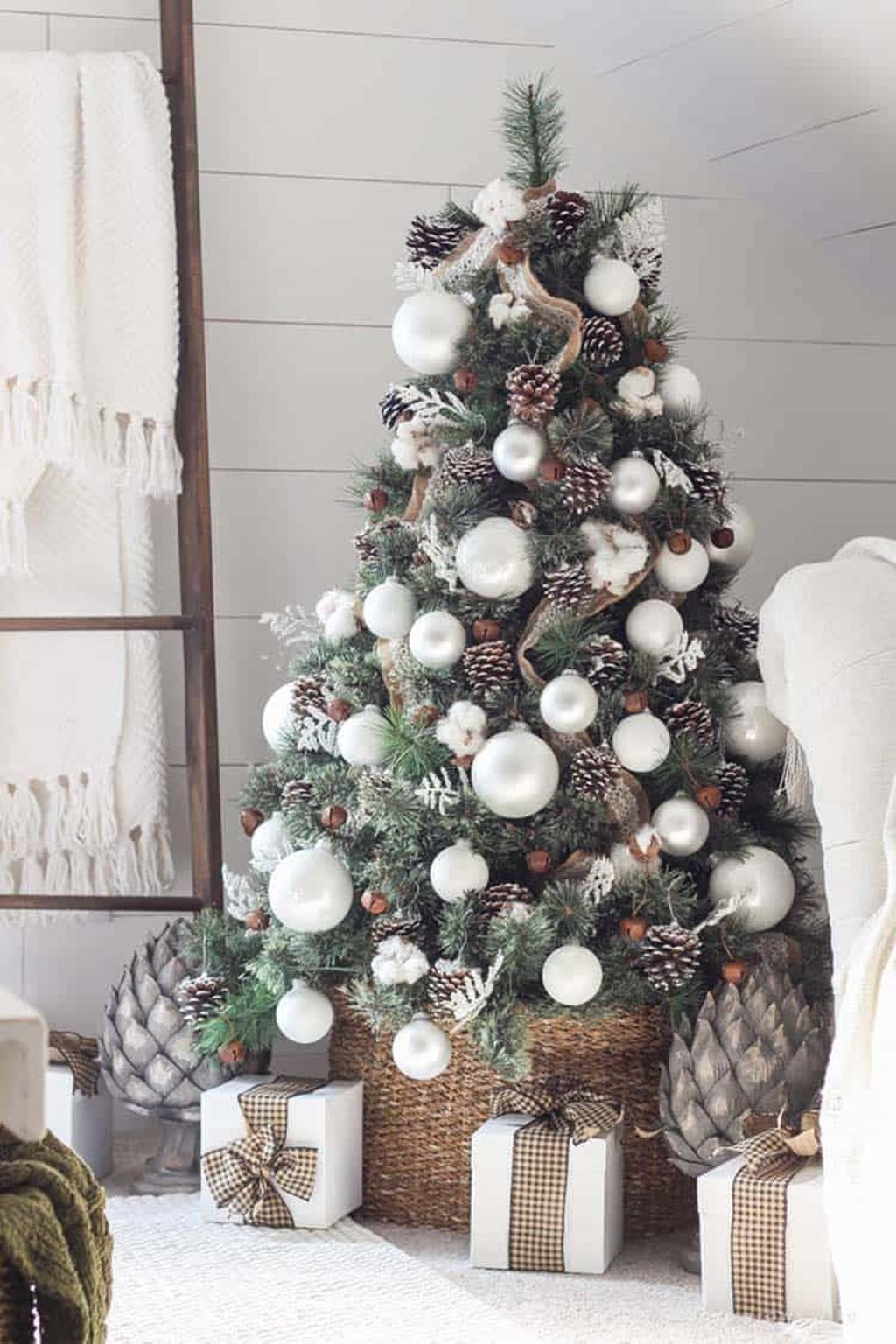 Gorgeous White Christmas Bedroom Decorating Ideas 29