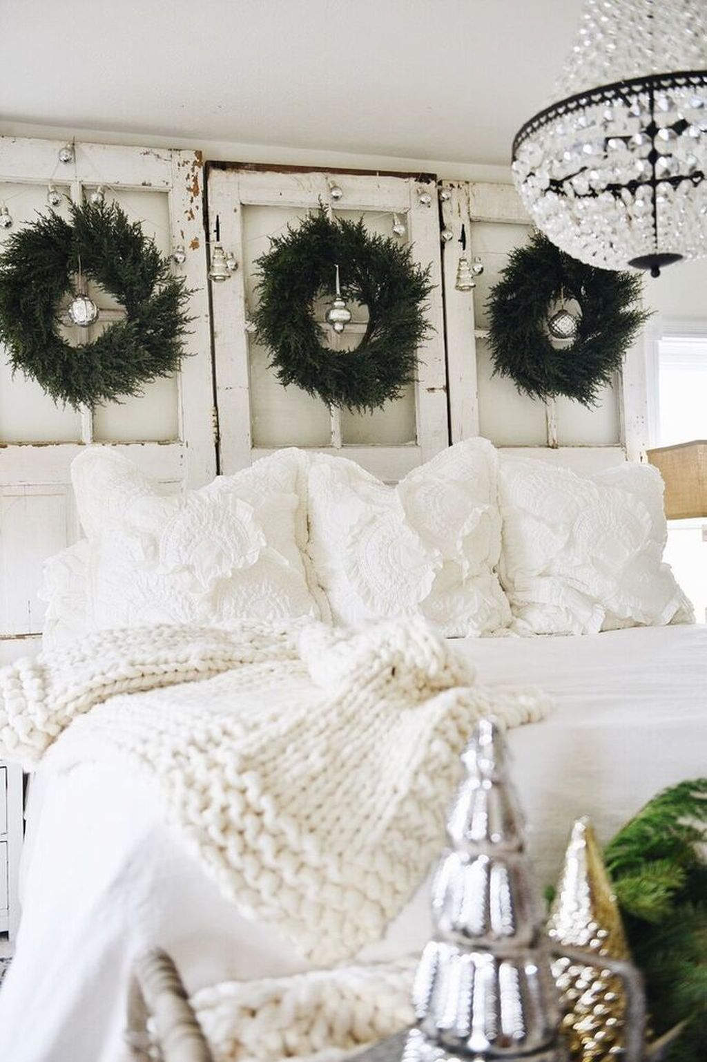 Gorgeous White Christmas Bedroom Decorating Ideas 31