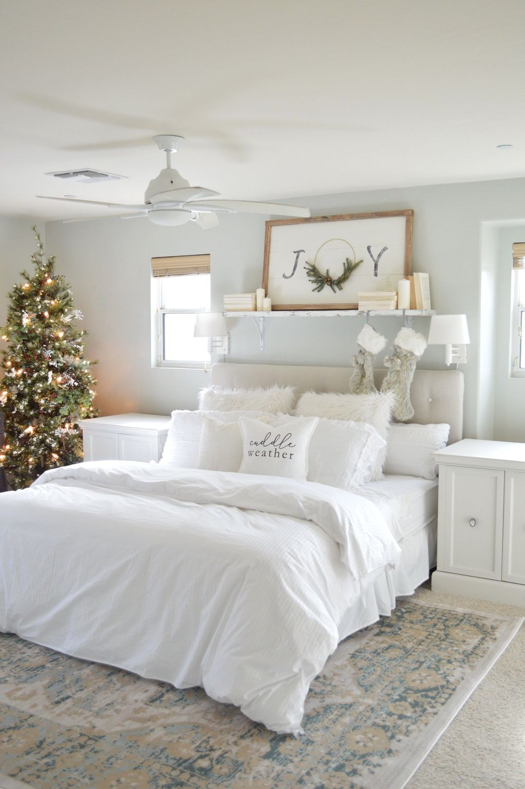 Gorgeous White Christmas Bedroom Decorating Ideas 36