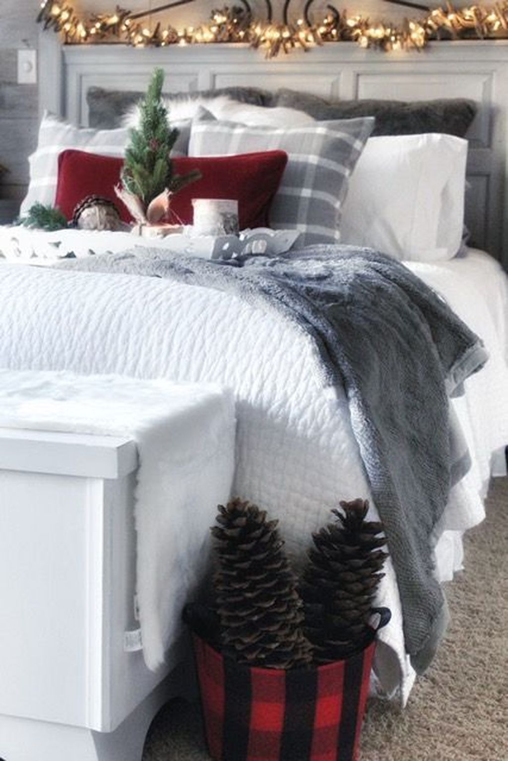 Gorgeous White Christmas Bedroom Decorating Ideas 41