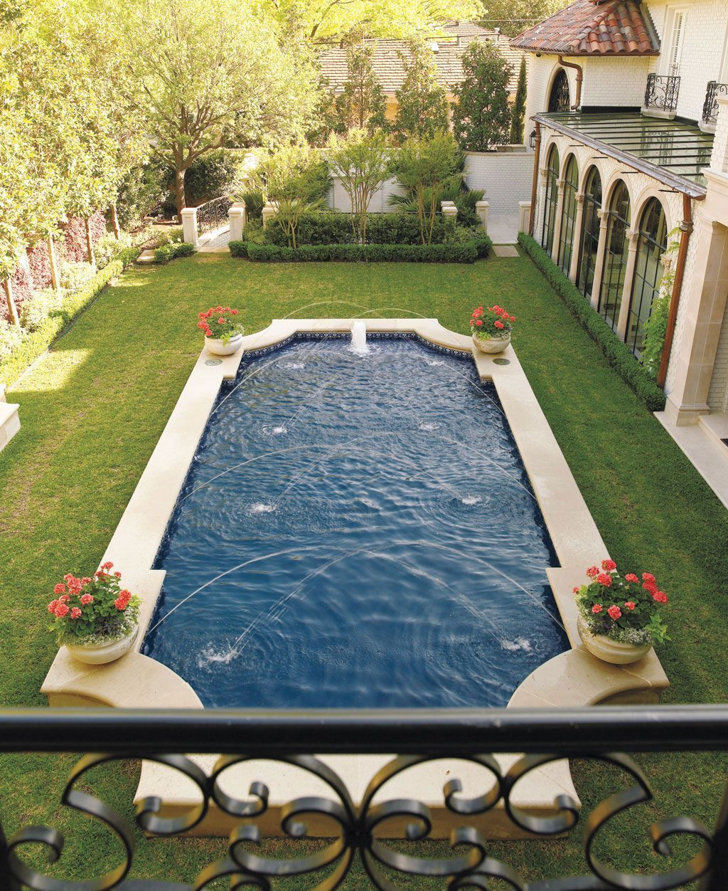 Lovely Swimming Pool Garden Ideas To Get Natural Accent 29