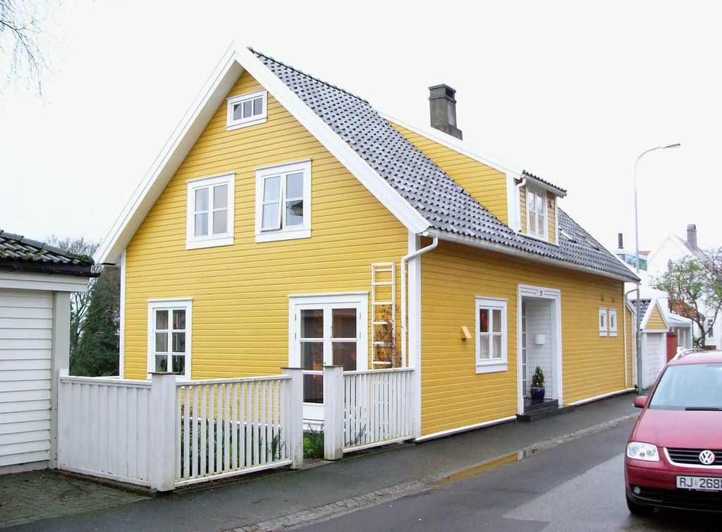 Awesome Yellow Brick House Exterior Design Ideas 18