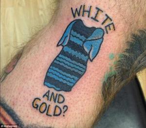 Un homme se fait tatouter #theDress sur le bras