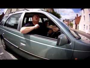 Un automobiliste suit un cycliste a pied et se ramasse – YouTube