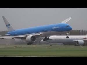 Atterrissage par grand vent d'un boeing 747- YouTube