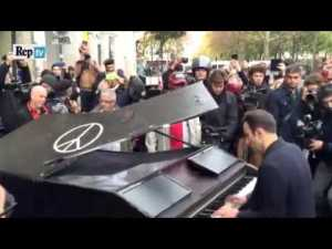 Il amène son piano près du Bataclan et joue « Imagine » de J. Lennon – YouTube