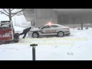 Un super héro dégage une voiture de police victime de snowzilla