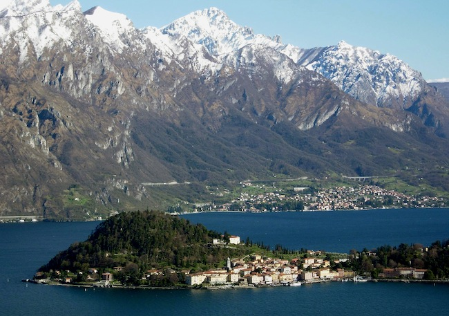 Bellagio at Lake Como, tip of Triangolo Lariano peninsula. View from western shore to south-east with Grigna Mountains in the background. (via Wikimedia Commons)
