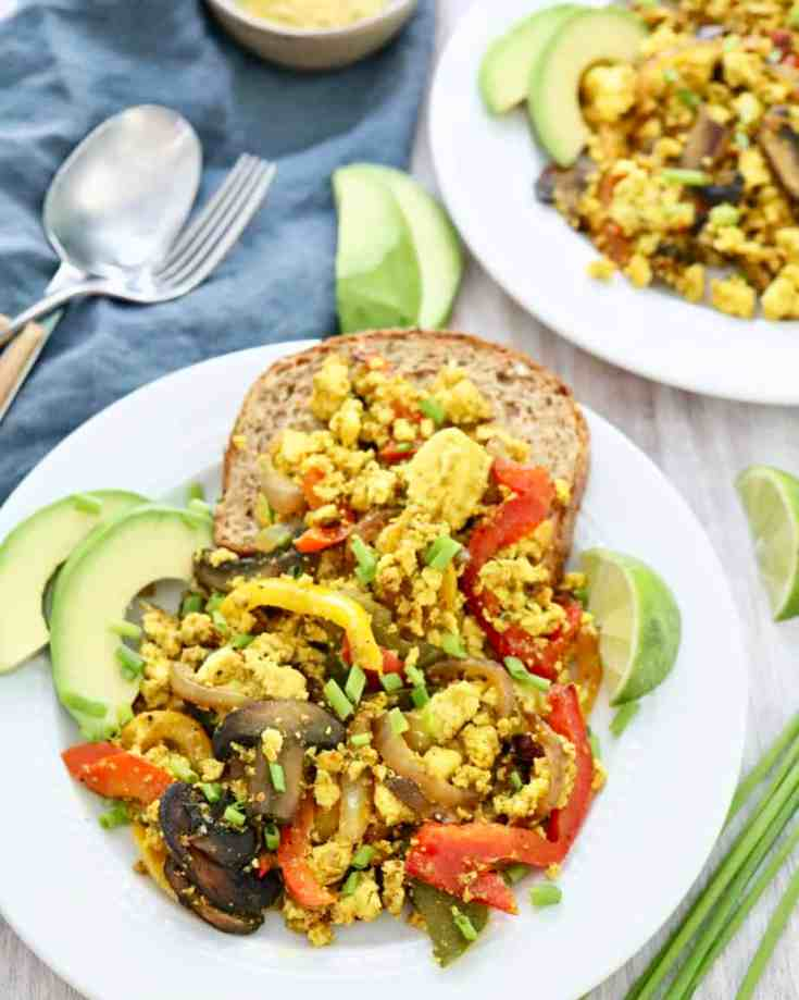 Super easy tofu scramble, the BEST vegan alternative to scrambled eggs. Only a few simple ingredients, one pan and less then 15 minutes to make! High in protein, packed with veggies and all the best things to start your day off right! #veganbreakfast #tofuscramble #tofu #easyveganrecipes