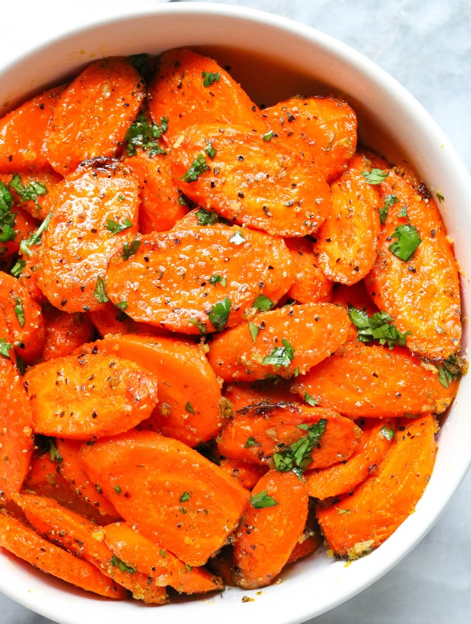 Easy-ranch-roasted-carrots-in-a-white-bowl-with-herbs