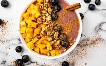 Blueberry mango smoothie bowl