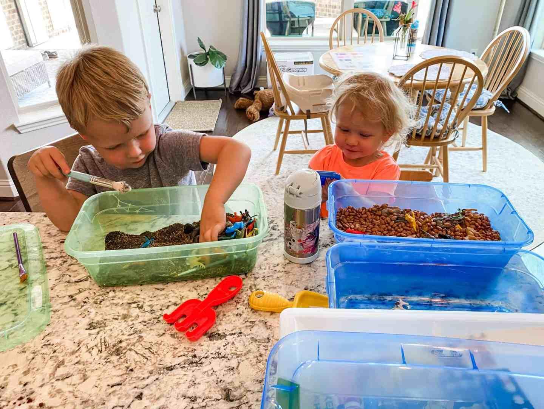 kids-playing-with-sensory-bins