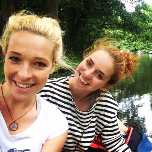 Lydia (links) und Verena genießen die Ruhe im Spreewald.