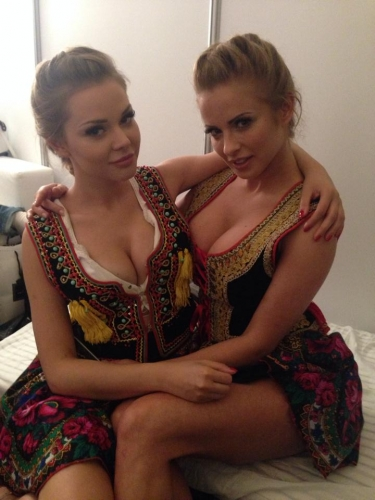 Ola Ciupa et Paula Tumala, les deux modèles représentant la féminité slave lors de la prestation de la pologne à l'Eurovision