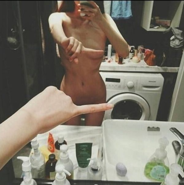 Обнаженные селфи One finger selfie challenge стали новым трендом сети