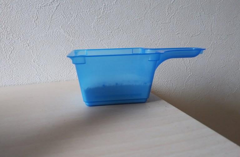 オキシクリーン付属のスプーンで洗剤をすくった写真