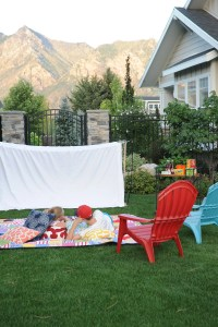 Nighttime Outdoor Party Ideas : Host an Outdoor Movie Night Party