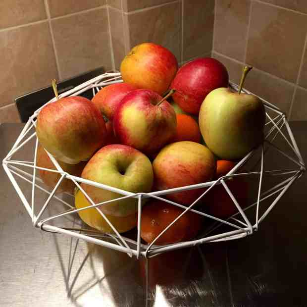 Tiger white wire fruit bowl